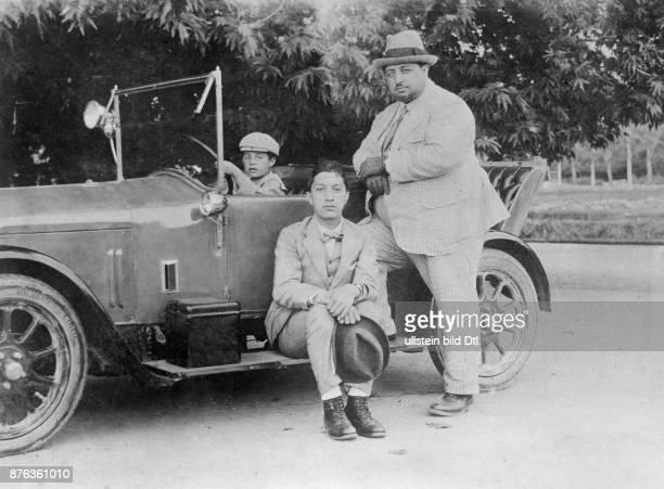 Emir King of Afghanistan Anayat Ullah King´s Amanullah Khan brother with his sons Vintage property of ullstein bild
