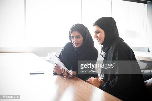 Emirati Arab mujeres de negocio utilizando tableta digital