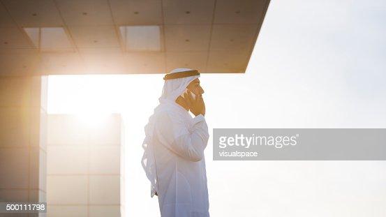 Emirati ejecutivo en el último piso en la luz de noche