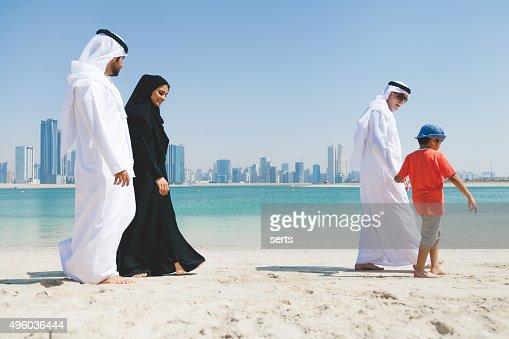 Emirati familia disfrutando en la playa
