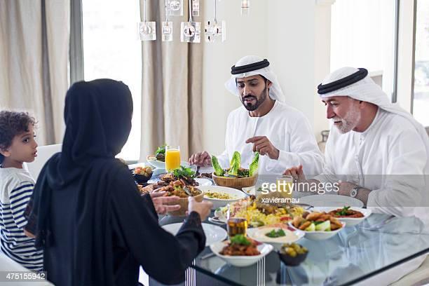 Émirati déjeuner en famille