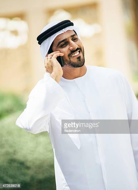 Émirati homme sur le téléphone