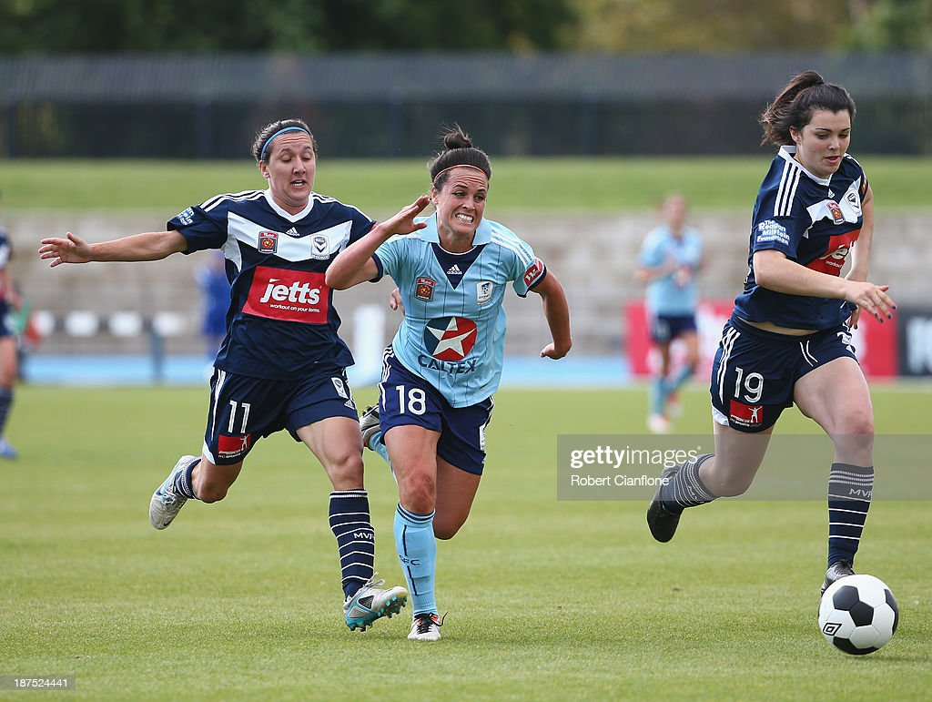 <a gi-track='captionPersonalityLinkClicked' href=/galleries/search?phrase=Emma+Kete&family=editorial&specificpeople=5481366 ng-click='$event.stopPropagation()'>Emma Kete</a> of Sydney FC is chased by <a gi-track='captionPersonalityLinkClicked' href=/galleries/search?phrase=Lisa+De+Vanna&family=editorial&specificpeople=221148 ng-click='$event.stopPropagation()'>Lisa De Vanna</a> and Alexandra Natoli of the Victory during the round one W-League match between the Melbourne Victory and Sydney FC at Lakeside Stadium on November 10, 2013 in Melbourne, Australia.