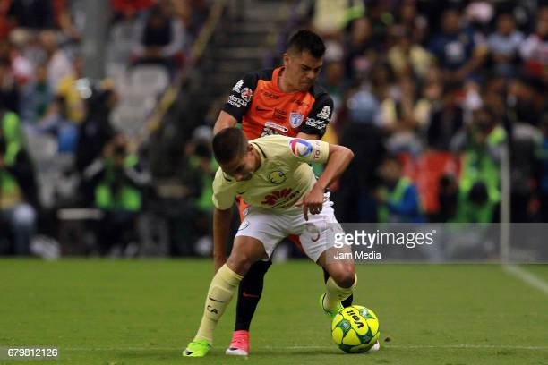 Emmanuel Garcia of Pachuca pushes Diego Lainez of America during the 17th round match between America and Pachuca as part of the Torneo Clausura 2017...