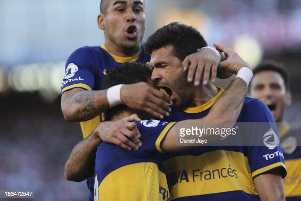 Emmanuel Gigliotti of Boca Juniors celebrates with teammates after scoring during a match between River Plate and Boca Juniors as part of the Torneo...