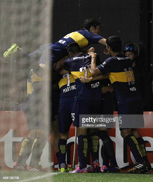 Emmanuel Gigliotti of Boca Juniors celebrates with teammates after scoring the opening goal during a first leg match between Boca Juniors and Cerro...
