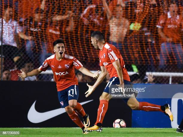 Emmanuel Gigliotti of Indendiente celebrates with teammate Ezequiel Barco after scoring the first goal of his team during the first leg of the Copa...
