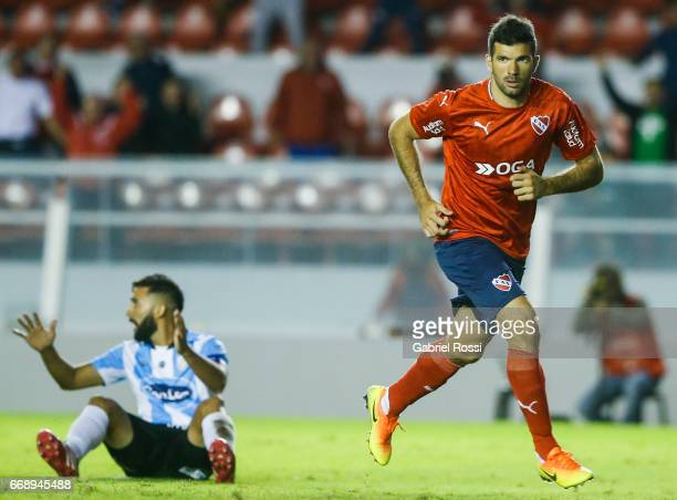 Emmanuel Gigliotti of Independiente celebrates after scoring the tying goal during a match between Independiente and Atletico de Rafaela as part of...