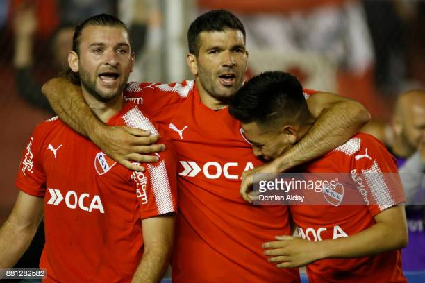 Emmanuel Gigliotti of Independiente celebrates with teammates Gaston Silva and Ezequiel Barco after scoring the second goal of his team during a...