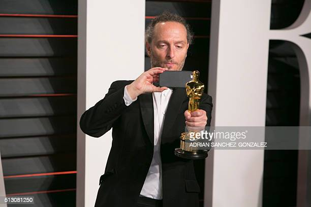 Emmanuel Lubezki holds his Oscar for best cinematography for 'The Revenant' as he arrives to the 2016 Vanity Fair Oscar Party February 28 2016 in...