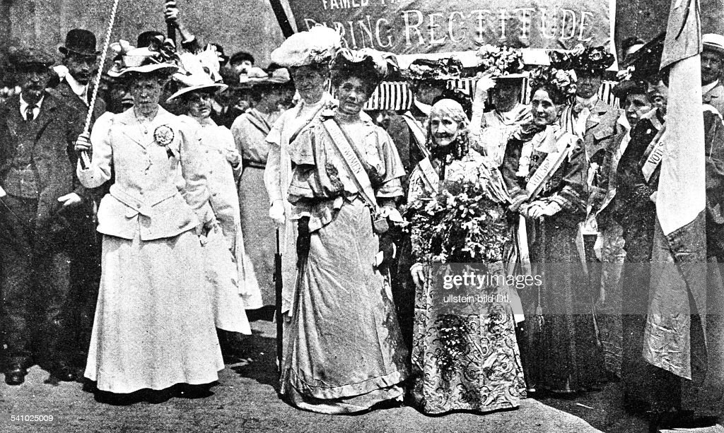 <a gi-track='captionPersonalityLinkClicked' href=/galleries/search?phrase=Emmeline+Pankhurst&family=editorial&specificpeople=226667 ng-click='$event.stopPropagation()'>Emmeline Pankhurst</a>*14.07.1858-+Suffragette, Feministin, Großbritanniengründet 1889 zur Durchsetzung des Frauenwahlrechts die `Women's Franchise League' und 1903 die `Women's Social and Political Union' ('Suffragetten'=- Pankhurst an der Spitze (Mitte, mit Schärpe: Votes for Women, schwarze Handschuhe) einer Demonstration englischer Suffragetten zum Hyde Park in London