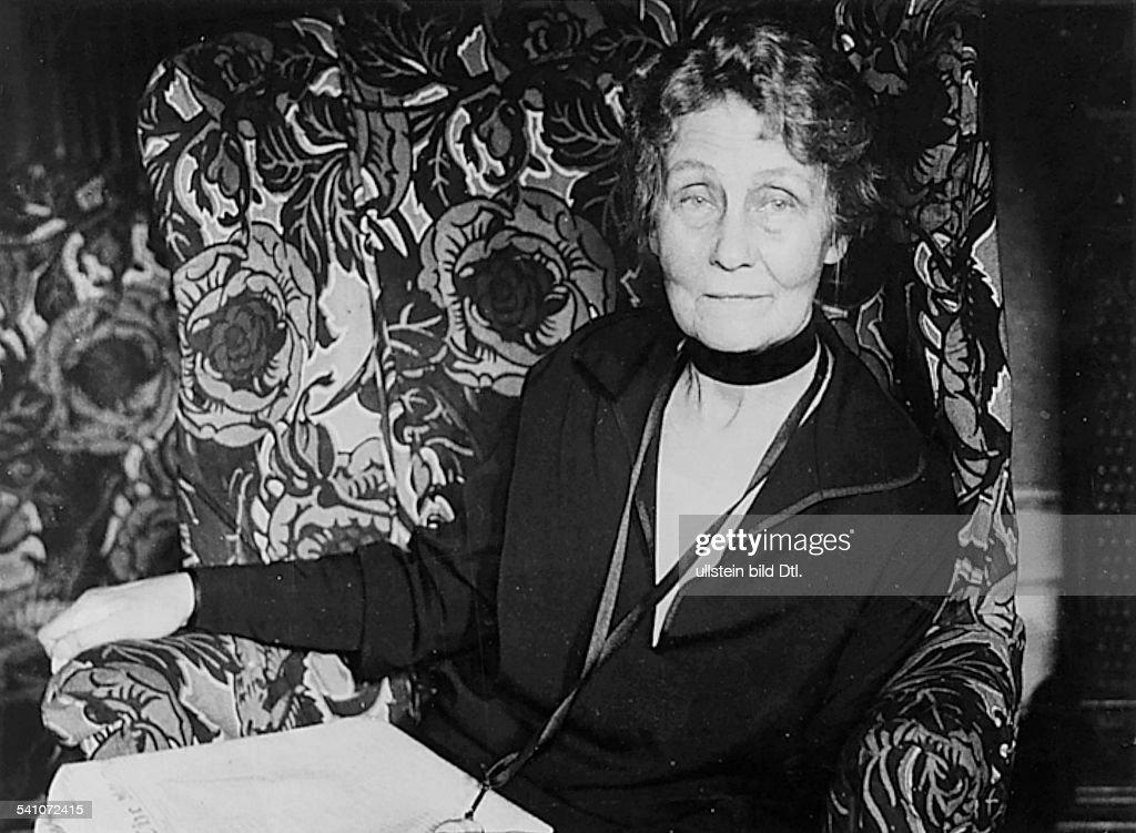 <a gi-track='captionPersonalityLinkClicked' href=/galleries/search?phrase=Emmeline+Pankhurst&family=editorial&specificpeople=226667 ng-click='$event.stopPropagation()'>Emmeline Pankhurst</a>*14.07.1858-+Suffragette, Feministin, Großbritanniengründete 1889 zur Durchsetzung desFrauenwahlrechts die `Women`s FranchiseLeague' und 1903 die `Women`s Social andPolitical Union' ( Suffragetten)Porträt- 1928
