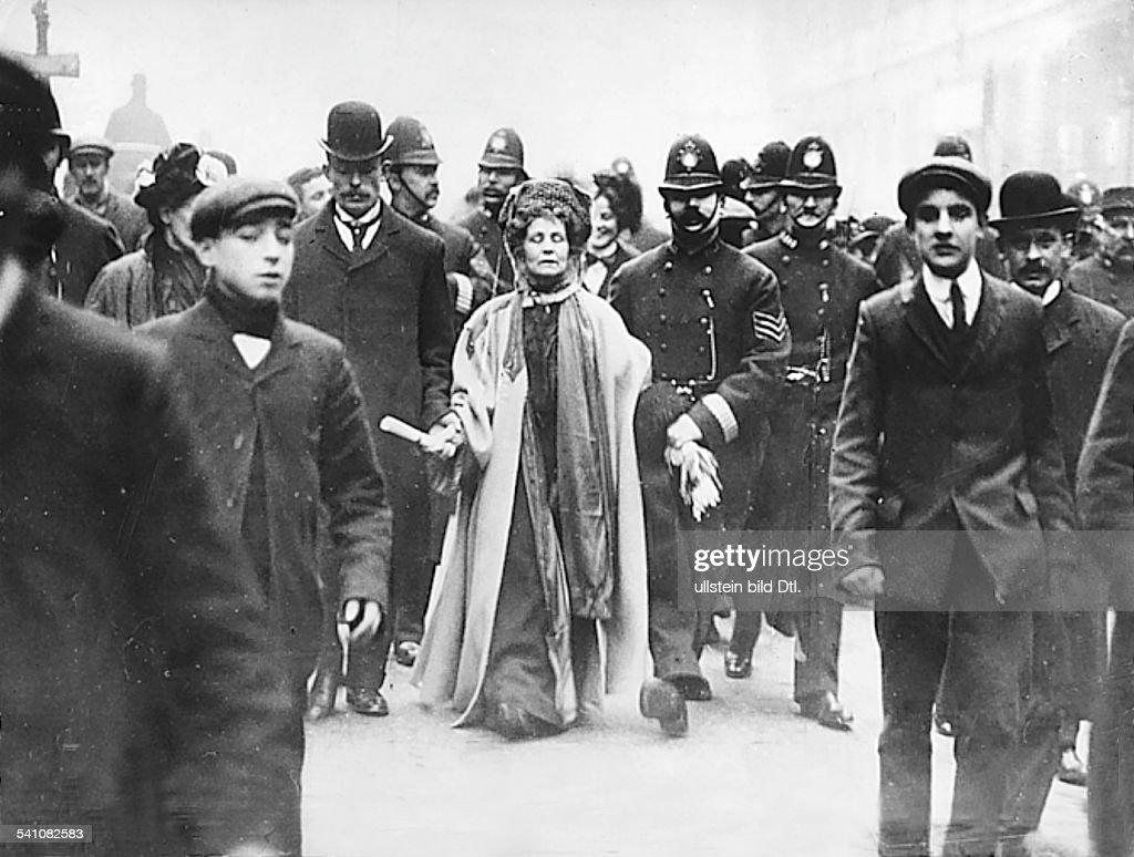 <a gi-track='captionPersonalityLinkClicked' href=/galleries/search?phrase=Emmeline+Pankhurst&family=editorial&specificpeople=226667 ng-click='$event.stopPropagation()'>Emmeline Pankhurst</a>*14.07.1858-+Suffragette, Feministin, Großbritanniengründete 1889 zur Durchsetzung desFrauenwahlrechts die `Women's FranchiseLeague' und 1903 die `Women's Social andPolitical Union' ( Suffragetten )bei ihrer elften VerhaftungPankhurst wird von einem Polizistenabgeführt- 1911
