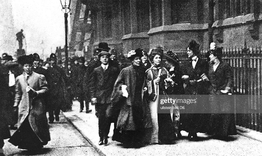 <a gi-track='captionPersonalityLinkClicked' href=/galleries/search?phrase=Emmeline+Pankhurst&family=editorial&specificpeople=226667 ng-click='$event.stopPropagation()'>Emmeline Pankhurst</a>*14.07.1858-+Suffragette, Feministin, Großbritanniengründete 1889 zur Durchsetzung desFrauenwahlrechts die `Women's FranchiseLeague' und 1903 die `Women's Social andPolitical Union' (Suffragetten)auf ihrem Weg, um PremierministerHenry Campbell-Bannerman eine Petitiondes `Third Women's Parliament' zuüberbringen