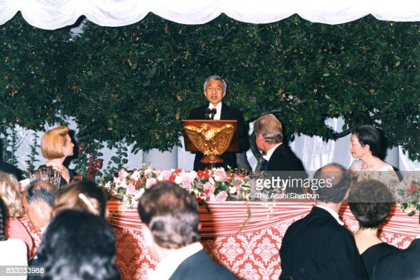 Emperor Akihito addresses while Empress Michiko US President Bill Clinton and Hillary Clinton listen during the state dinner at the Rose Garden of...