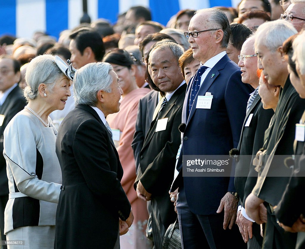Emperor Akihito and Empress Michiko greet Shigeo Nagashima during the Autumn Imperial Garden Party on October 31 2013 in Tokyo Japan