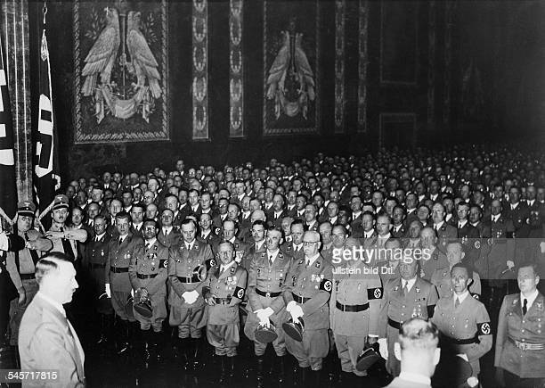 Empfang im Mosaiksaal der neuen Reichskanzlei in Berlin für die Träger des 'Blutordens' der NSDAP am Vorabend von Hitlers Geburtstag 1 Reihe von...