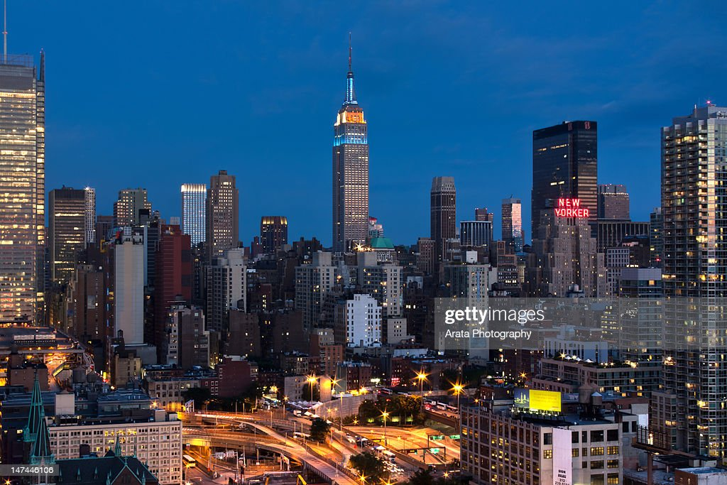 Empire State Building in 'Subway Series' lighting : Stock Photo