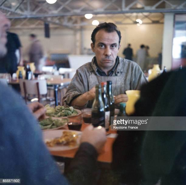 Employé à table dans une cantine d'entreprise en France circa 1960