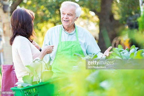 Mitarbeiter oder beim Gärtnern-store-Eigentümer unterstützen Kunden mit Pflanzen