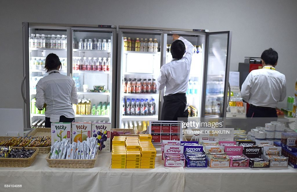 Employees display food at the International Media Centre in Ise city, Mie prefecture on May 25, 2016, ahead of the G7 summit. / AFP / STEPHANE