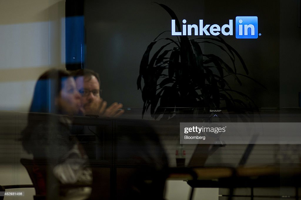 Employees hold a meeting at LinkedIn Corp. headquarters in Mountain View, California, U.S., on Monday, July 28, 2014. LinkedIn Corp. is scheduled to release earnings figures on July 31. Photographer: David Paul Morris/Bloomberg via Getty Images