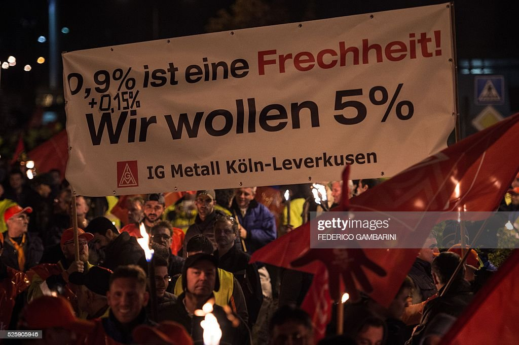Employees of car maker Ford take part in a warning strike on early April 29, 2016 in Cologne, western Germany. The powerful German union IG Metall organised a series of warning strikes overnight, hitting the automobile sector in particular, to turn up heat in wage negotiations for around 3.4 million metal sector workers across the country. / AFP / dpa / Federico Gambarini / Germany OUT