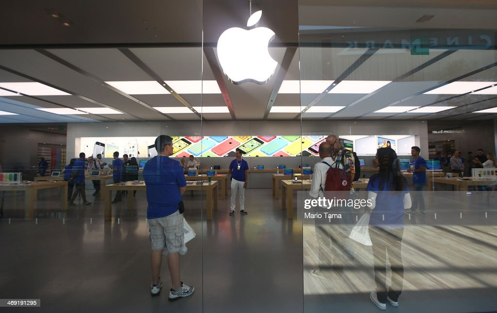 Apple First Employees : Apple prepares to open first store in rio de janeiro