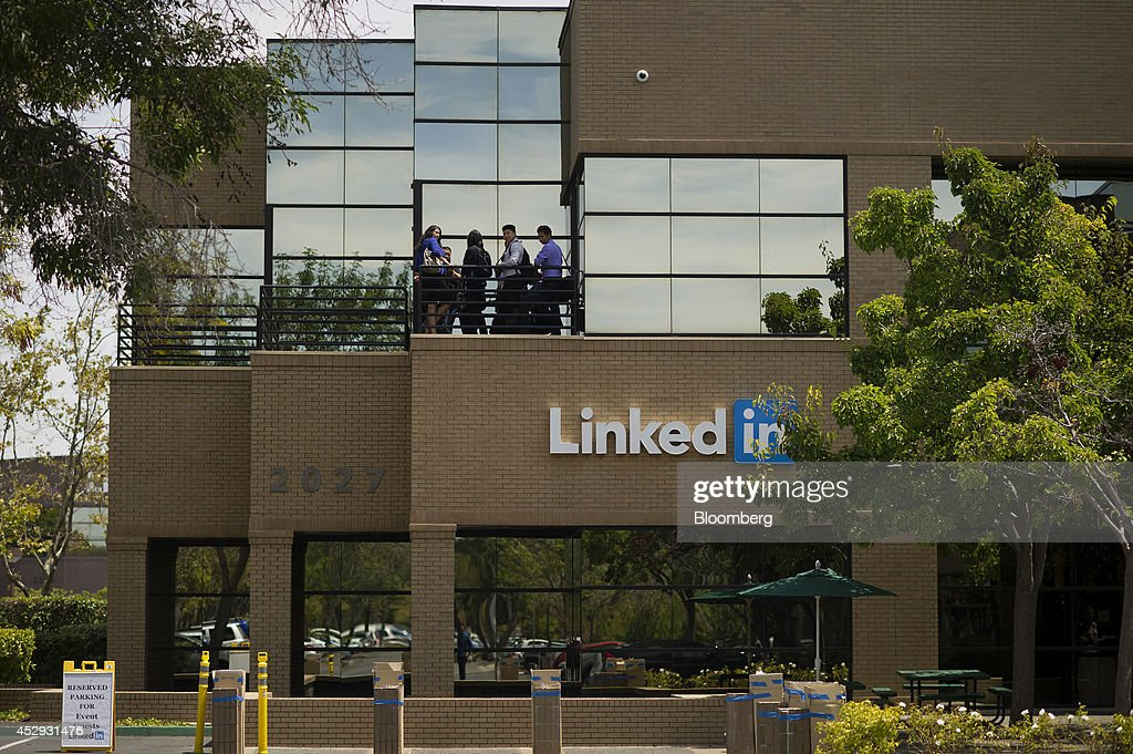 Employees stand out on a balcony at LinkedIn Corp. headquarters in Mountain View, California, U.S., on Monday, July 28, 2014. LinkedIn Corp. is scheduled to release earnings figures on July 31. Photographer: David Paul Morris/Bloomberg via Getty Images