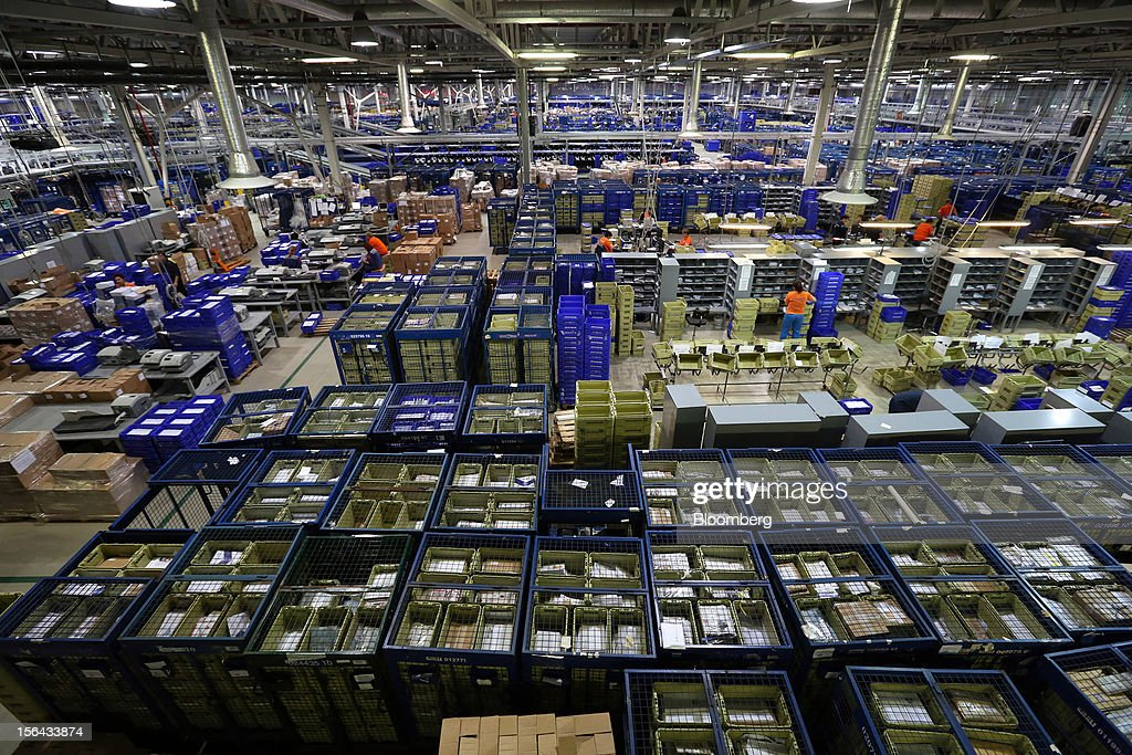 Employees work among letters and parcels in the main hall at the Russian Post automated sorting center in Podolsk, Russia, on Wednesday, Nov. 14, 2012. Alexander Kiselev, Russian Post's chief executive officer, needs to invest 200 billion rubles through 2020 to turn around a company that described its infrastructure as 'the most expansive, but the least efficient' in a strategy plan this year. Photographer: Andrey Rudakov/Bloomberg via Getty Images