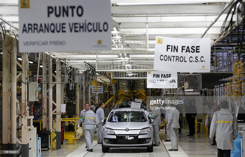 Employees work at the Villamuriel Renault factory in northern Spain on November 21, 2012. French car maker Renault plans to create 1,300 jobs at its factories in recession-hit Spain, Spanish Prime Minister Mariano Rajoy said. The French giant, which employs 10,000 people at four sites in Spain, signed a deal on working conditions with Spanish labour unions last week but is still negotiating terms with workers in France as it seeks to be more competitive. AFP PHOTO / CESAR MANSO