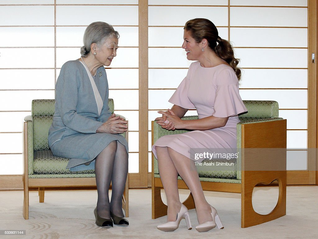Empress Michiko (L) and Sophie Gregoire-Trudeau (R) talk during their meeting at the Imperial Palace on May 24, 2016 in Tokyo, Japan. The Group of Seven summit takes place on May 26 and 27.