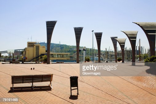 Empty bench near sculptures in a city, Barcelona, Spain : Foto de stock
