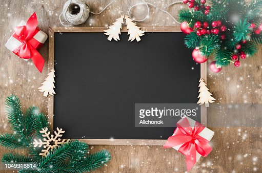 Empty blackboard with christmas decoration, red gift box, fir branches. : Foto stock