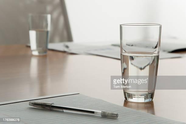 Leere boardroom Stuhl mit Schreibutensilien und Gläser