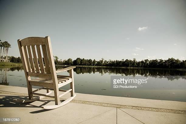 Cadeira vazia em um lago da Flórida