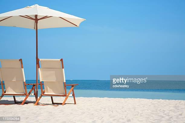 Leere Stühle und Sonnenschirm am Strand in Florida, USA