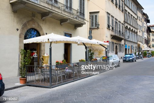 Empty chairs at a sidewalk cafe, Florence, Italy : Foto de stock