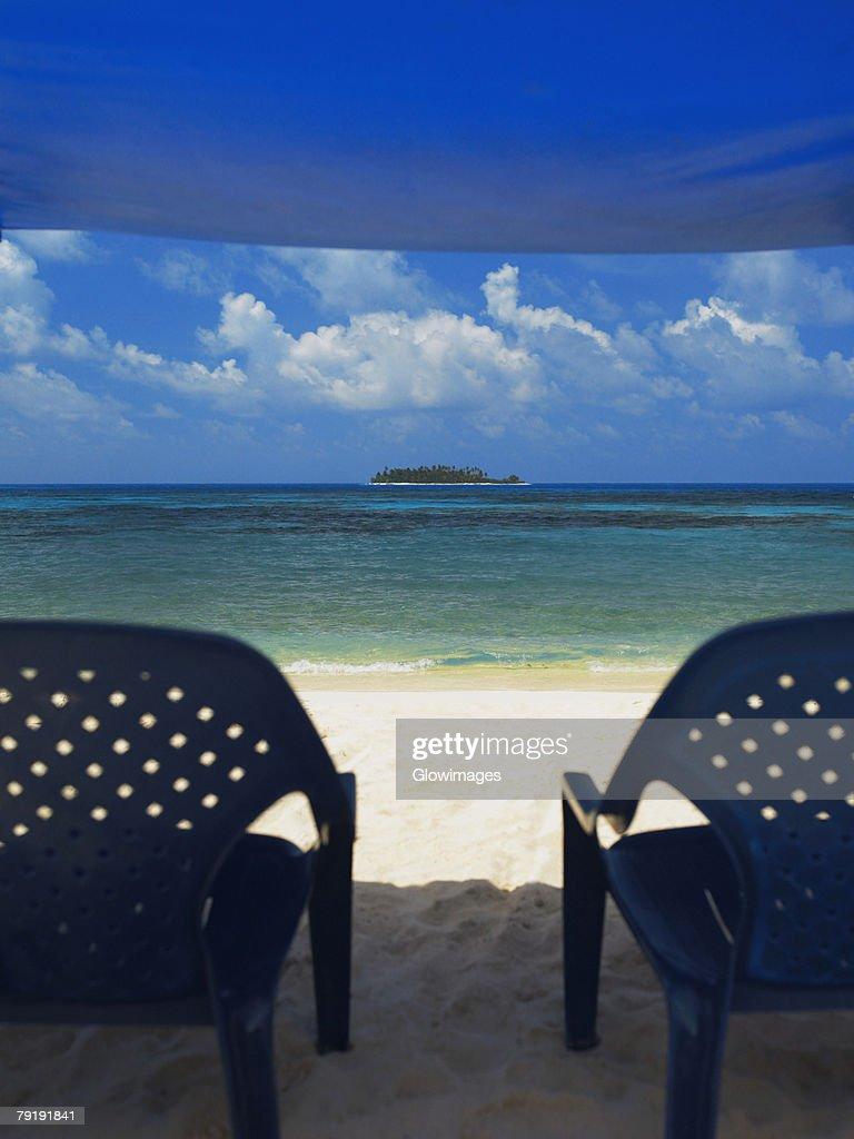 Empty chairs under the tent on the beach, Spratt Bight Beach, San Andres, Providencia y Santa Catalina, San Andres y Providencia Department, Colombia : Foto de stock