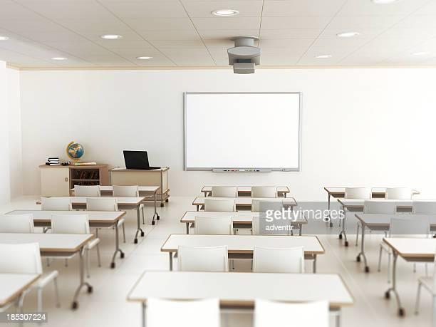 Leere Klassenzimmer mit weißen Tische und Stühle