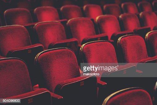 Leere gemütlichen roten Sesseln mit Zahlen in Kino : Stock-Foto