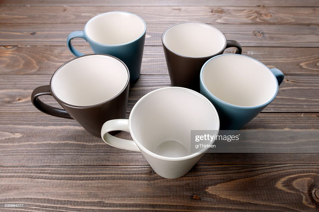 empty cups on wood background : Stockfoto