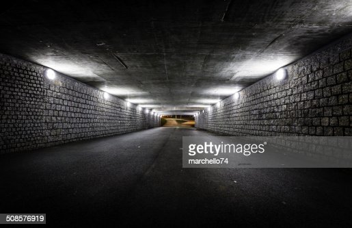 Empty dark tunnel at night : Stockfoto