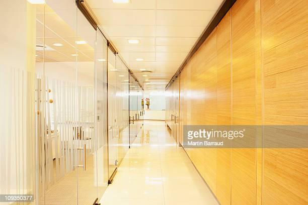 空のガラス、木材の現代的なオフィスの廊下