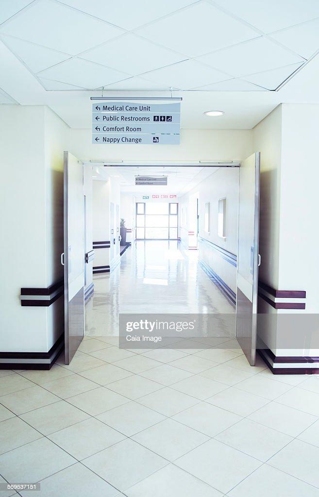 Empty hospital corridor : Stockfoto