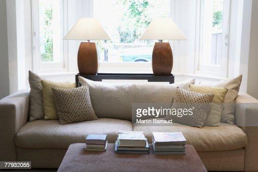 空のリビングルームには、ソファーとコーヒーテーブル