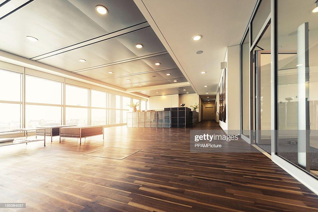 bureau de la r ception avec des parquets en bois et baie vitr e photo getty images. Black Bedroom Furniture Sets. Home Design Ideas