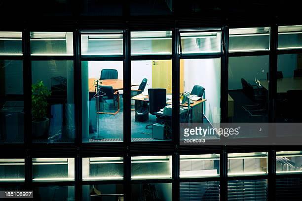 夜の空のオフィス
