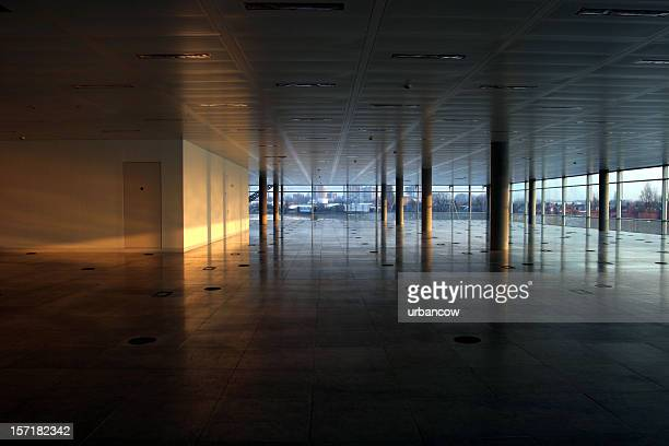 Vacío interior de oficina, iluminación de pared