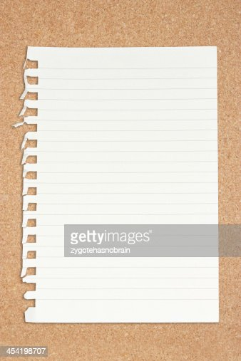 Papel em branco com mesa de madeira. : Foto de stock